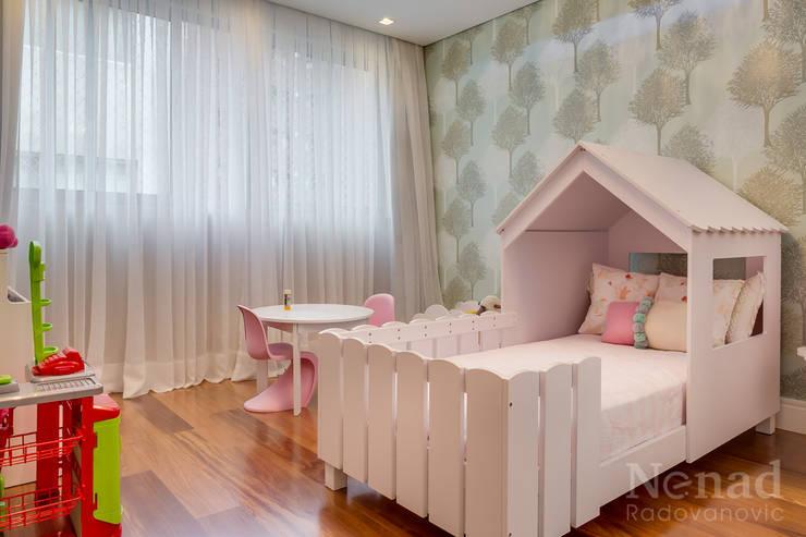 Quarto Filha: Quarto infantil  por Claudia Guerios Arquitetura e Interiores,