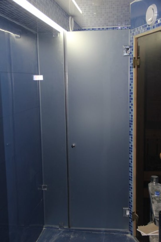 Перегородка для душа/Glass partition for shower: Ванная комната в . Автор – ReflectArt
