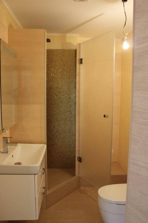 Душевые кабинки и стеклянные перегородки: Ванная комната в . Автор – ReflectArt