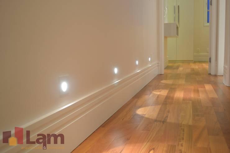 Corredor: Corredores e halls de entrada  por LAM Arquitetura | Interiores,
