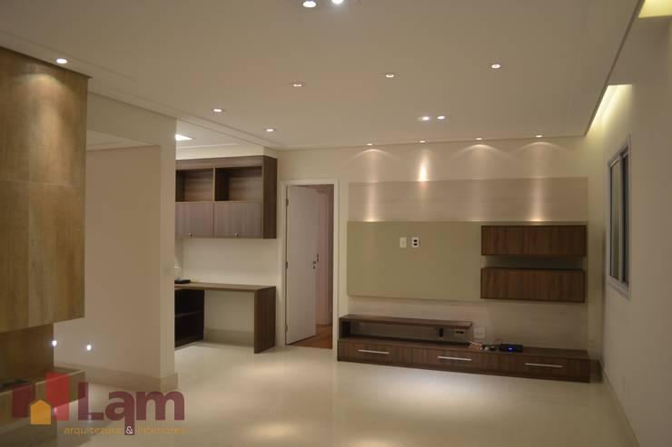 Sala de Estar - Final: Salas de estar  por LAM Arquitetura | Interiores