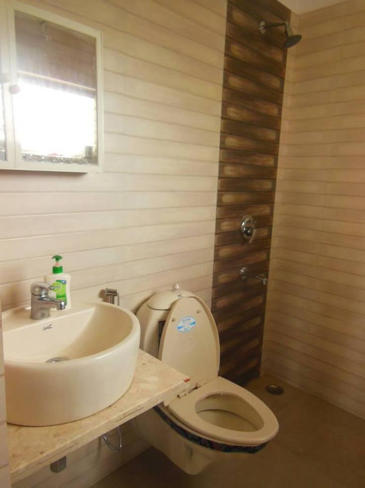 Yusuf Karim House Pics in Althino:  Bathroom by Rita Mody Joshi & Associates