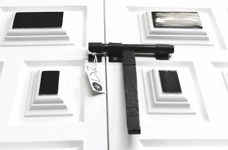 Armário Branco & Santo: Sala de estar  por AKTO - Arts & Krafts Technologies