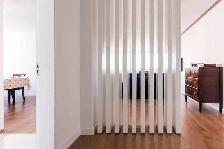 Ingresso & Corridoio in stile  di Ponto Cúbico