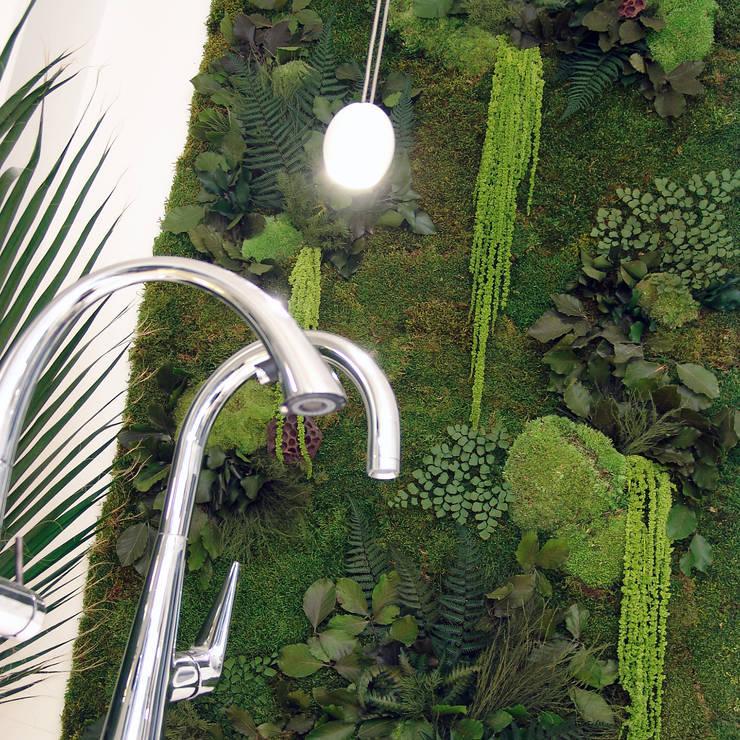 Mur végétal / Green wall: Paysagisme d'intérieur de style  par Adventive