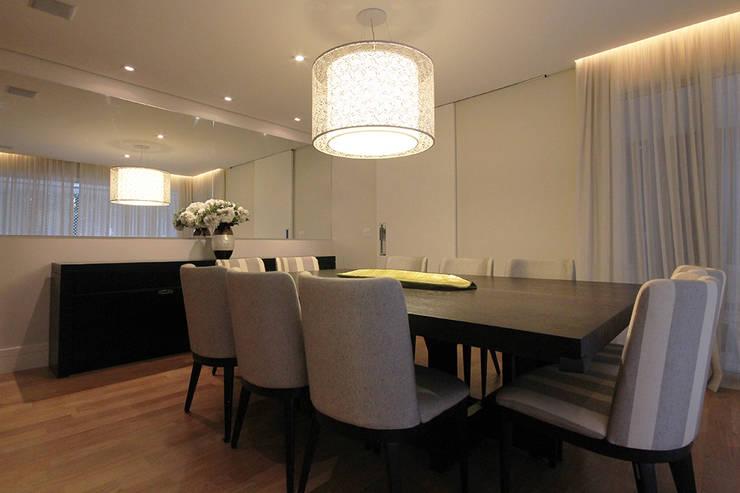 Apartamento Moema 2: Salas de jantar modernas por Officina44