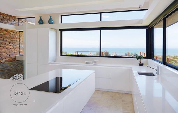 A essência do design: Cozinhas  por FABRI