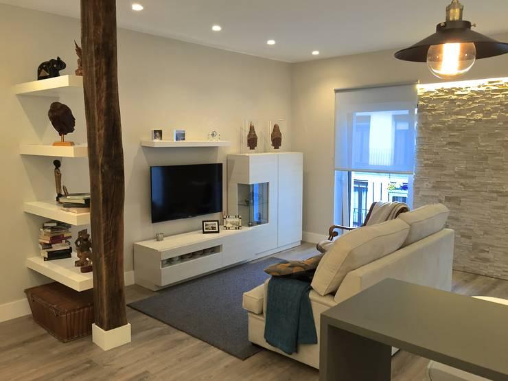 Reforma de un apartamento en el centro de San Sebastian: Salones de estilo  de EKIDAZU