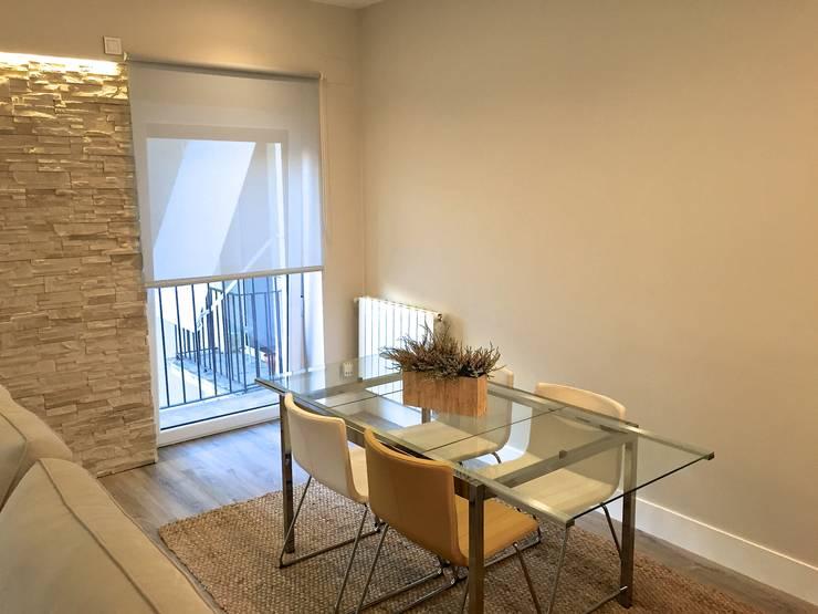 Reforma de un apartamento en el centro de San Sebastian: Comedores de estilo  de EKIDAZU