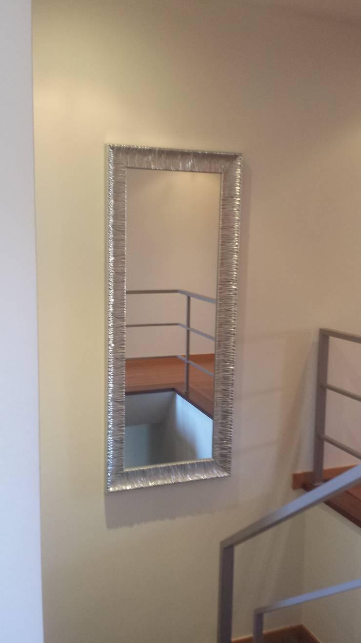 Apartamento T3: Corredor, hall e escadas  por Decoracoes Gina, Lda