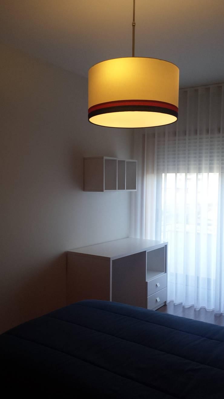 Apartamento T3: Quarto de crianças  por Decoracoes Gina, Lda