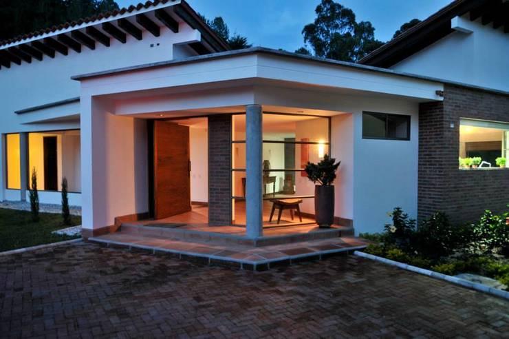 Casa Restrepo Botero: Casas de estilo  por WVARQUITECTOS