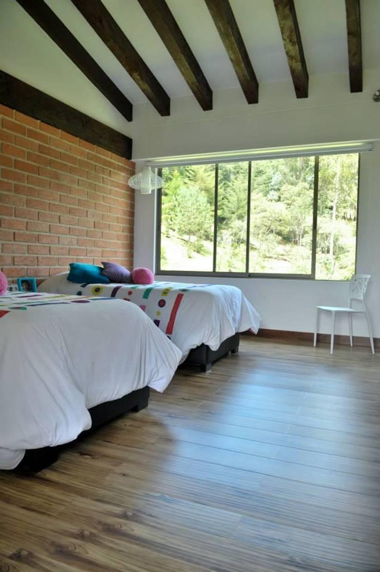 Casa Restrepo Botero: Habitaciones de estilo  por WVARQUITECTOS
