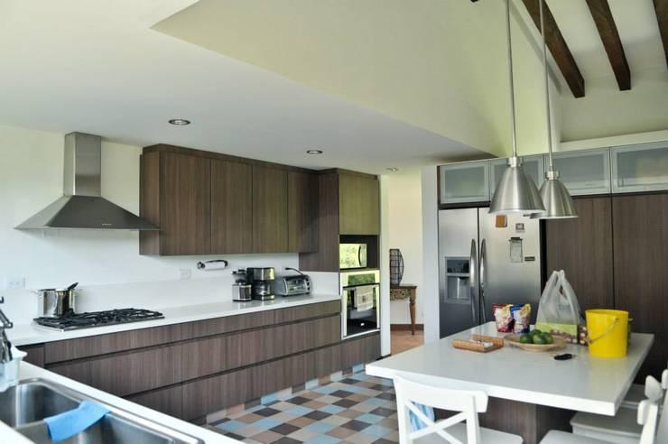 Casa Restrepo Botero: Cocinas de estilo  por WVARQUITECTOS