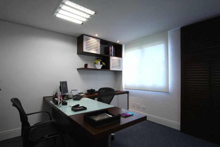 Escritório em Alphaville: Edifícios comerciais  por Officina44,Moderno