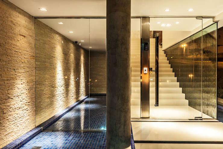 casa rg: Corredores e halls de entrada  por grupo pr | arquitetura e design
