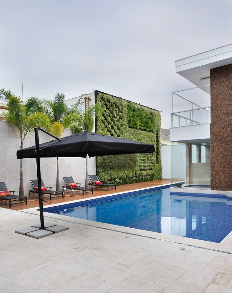 Residência Barra da Tijuca I: Piscinas  por Carmen Mouro - Arquitetura de Exteriores e Paisagismo,Moderno