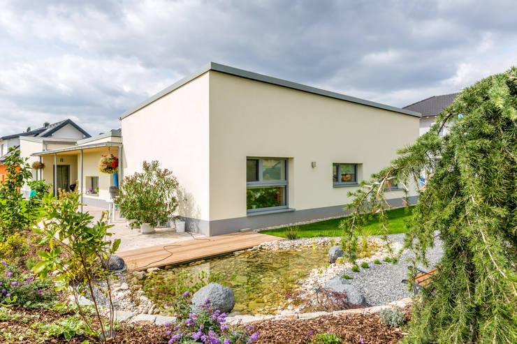 barrierefreies wohnhaus in großweikersdorf:  Häuser von Atelier Fürtner-Tonn