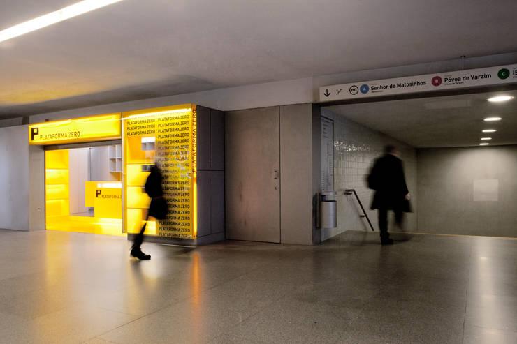 QUIOSQUE PLATAFORMA ZERO: Lojas e espaços comerciais  por A2OFFICE