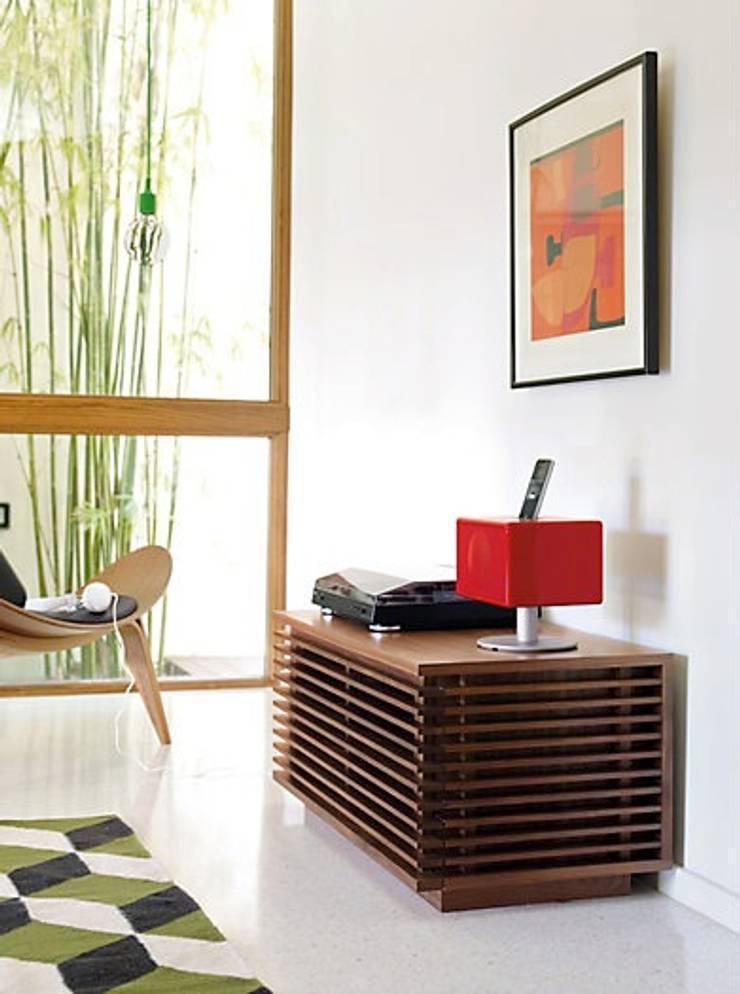Consola para TV de la coleccion LINE diseñada por Nathan Yong para DWR. : Salas de estilo  por Design Within Reach Mexico
