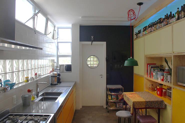 cozinha ap. bossa: Cozinhas  por omnibus arquitetura