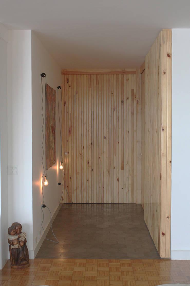 Hall em pinus: Corredores e halls de entrada  por omnibus arquitetura