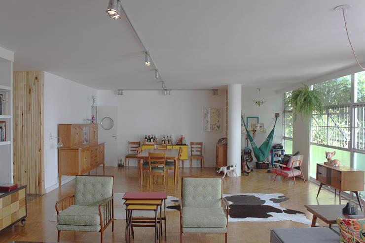 sala ap bossa: Salas de estar  por omnibus arquitetura