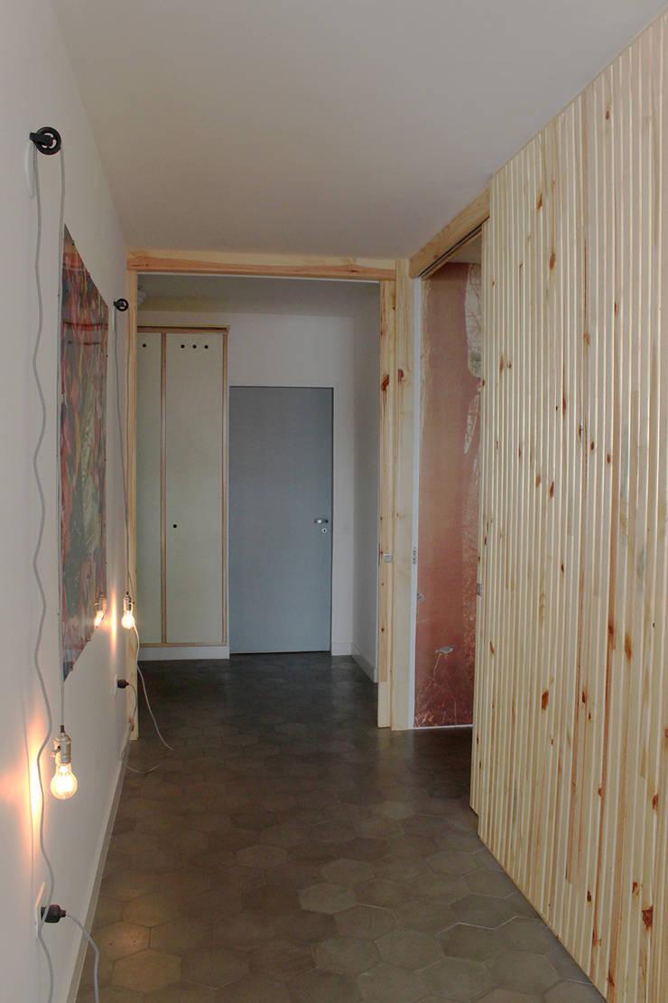 hall ap bossa: Corredores e halls de entrada  por omnibus arquitetura
