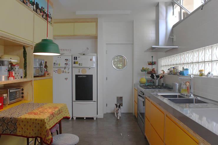 cozinha ap bossa: Cozinhas  por omnibus arquitetura