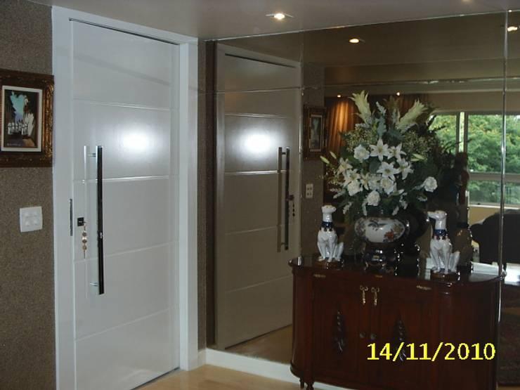 Hall de Entrada: Corredores e halls de entrada  por mr maria regina de mello vianna arquitetura e interiores