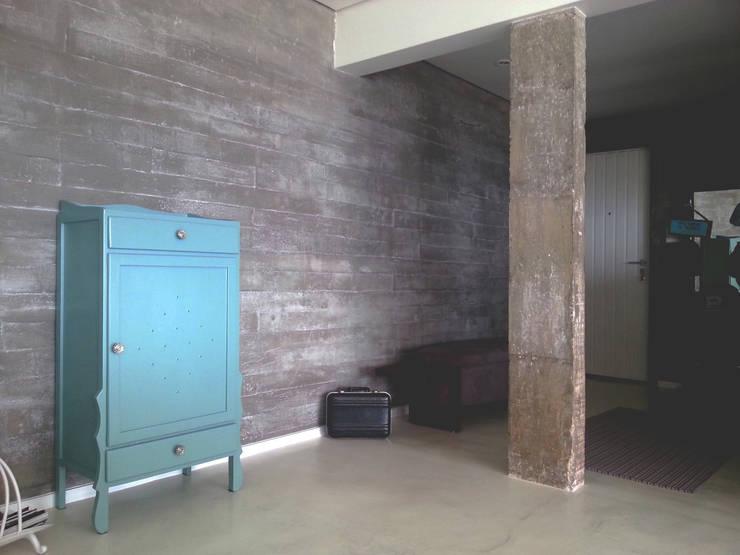 Parede Concreto - ap varandas: Corredores e halls de entrada  por omnibus arquitetura,