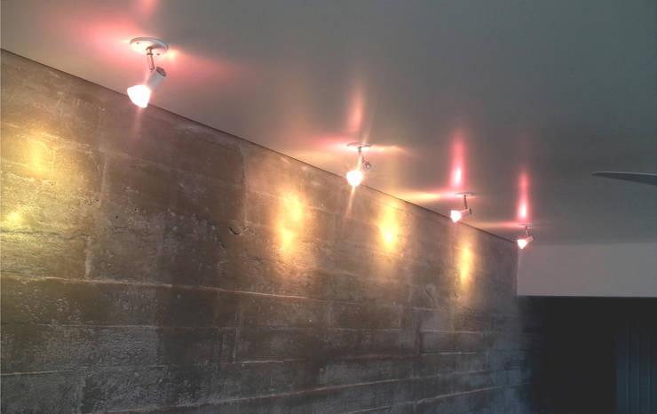 iluminação charmosa - ap varandas: Corredores e halls de entrada  por omnibus arquitetura,