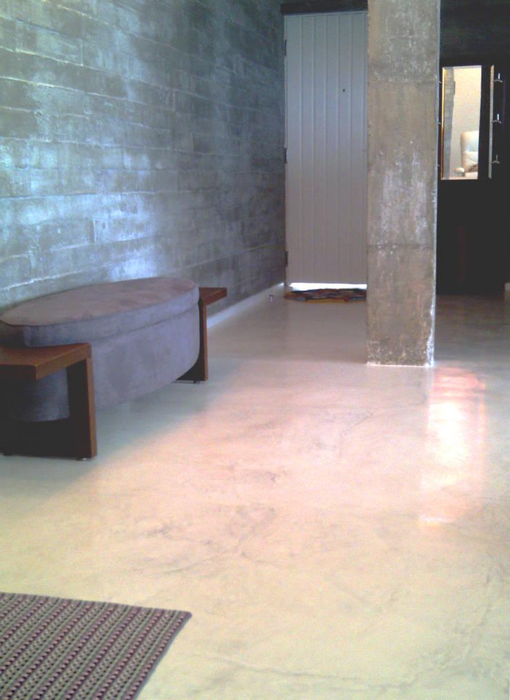 piso monolítico - ap varandas: Paredes  por omnibus arquitetura,