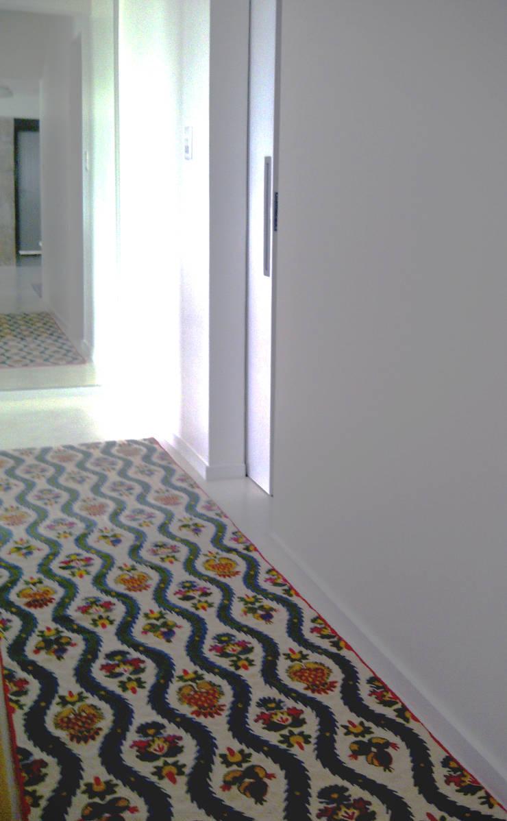 Corredor iluminado - ap varandas: Corredores e halls de entrada  por omnibus arquitetura,