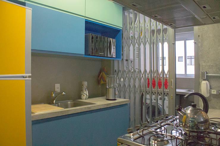 Cozinha funcional - ap caldo: Cozinhas  por omnibus arquitetura