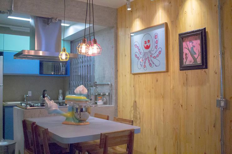 Mesinha com pé palito de ferro - ap caldo: Salas de jantar  por omnibus arquitetura