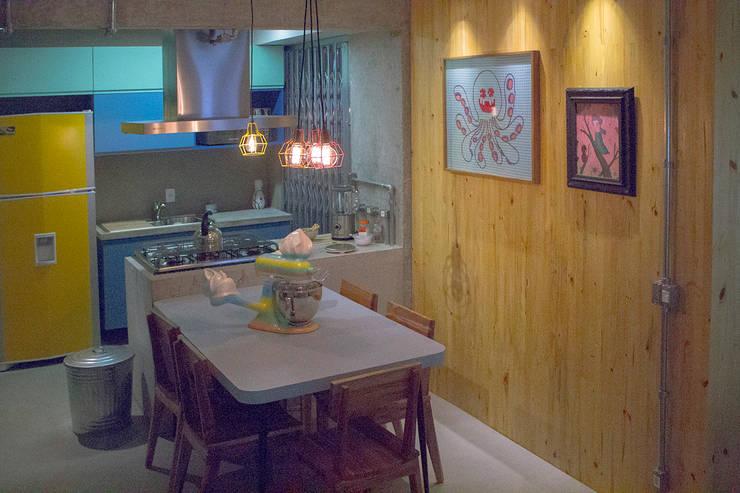 o painel de pinus - ap caldo: Salas de jantar  por omnibus arquitetura