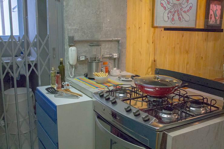 Bancadas de concreto - ap caldo: Cozinhas  por omnibus arquitetura