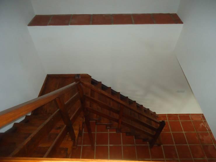 Construção de moradia em estilo rústico para venda: Terraços  por Atádega Sociedade de Construções, Lda