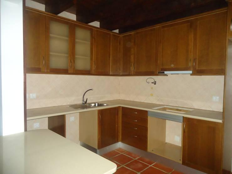Cozinha feita à medida em madeira de carvalho envelhecido, num estilo rústico : Cozinha  por Atádega Sociedade de Construções, Lda