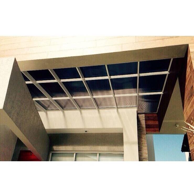 Cobertura translúcida - Residência Ventura Club: Casas  por Marisol Réquia Arquitetura