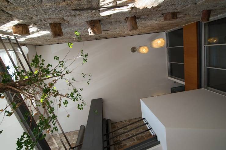 <q class='-first'>Pier 67</q> : Corredores e halls de entrada  por Arpadór,  Arquitectos e Associados, lda