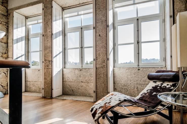 <q class='-first'>Pier 67</q> : Salas de estar  por Arpadór,  Arquitectos e Associados, lda