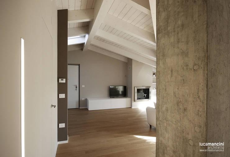 Mansarda: Soggiorno in stile in stile Moderno di Luca Mancini | Architetto