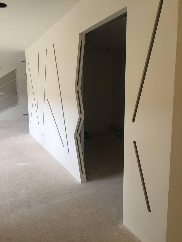 Interiorismo futurista : Edificios de oficinas de estilo  por Felipe Lara &  Cía