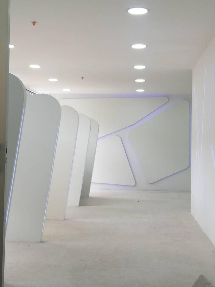 Proyecto de interiorismo futurista: Oficinas y Tiendas de estilo  por Felipe Lara &  Cía