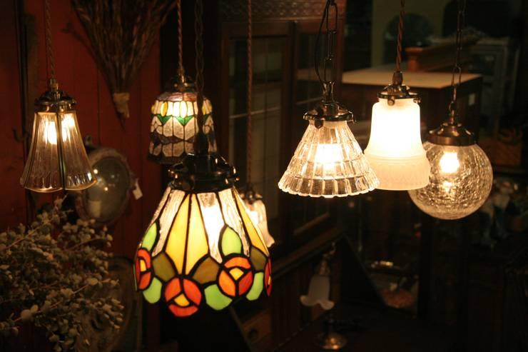 Antique Style Lighting: 株式会社サンヨウが手掛けたリビングルームです。