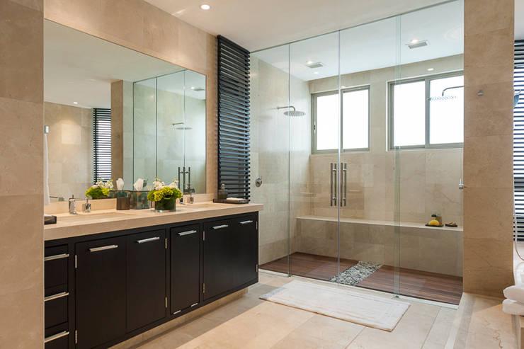 Baños de estilo clásico por HO arquitectura de interiores