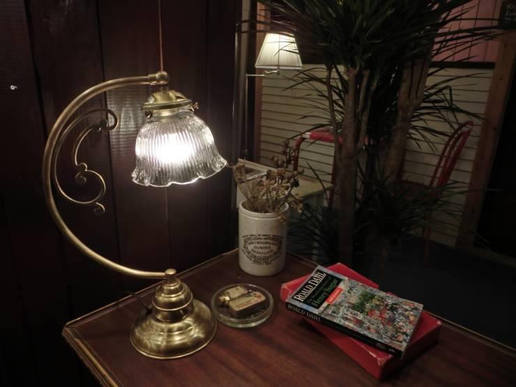 Antique Style Lightings: 株式会社サンヨウが手掛けた勉強部屋/オフィスです。