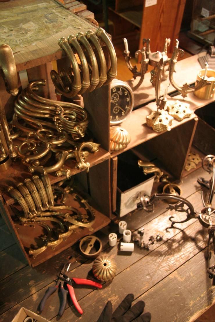 Antique Style Lightings: 株式会社サンヨウが手掛けたガレージ&小屋です。